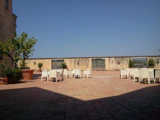 Le Monacelle : La terrazza dell'albergo e zona esterna colazione
