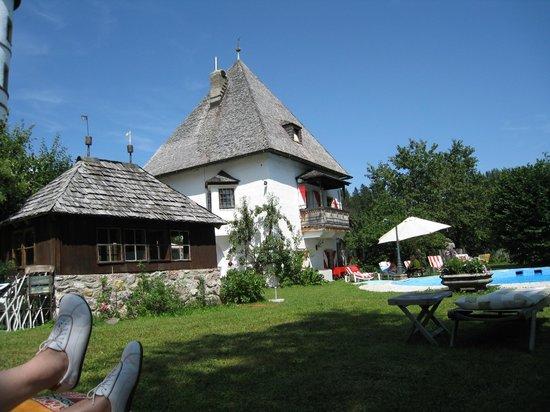 Schöner Garten mit Pool - Bild von Hotel Schloss Münichau, Reith bei ...