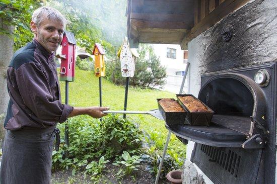 Der Pitztaler Kirchenwirt: Chef beim Brotbacken