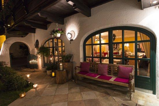 Der Pitztaler Kirchenwirt: Außenansicht am Abend