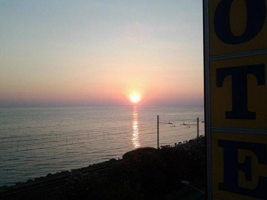 Hotel Marina Blu: tramonto visto dalla stanza