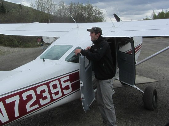Skyline Lodge: Our pilot and small plane