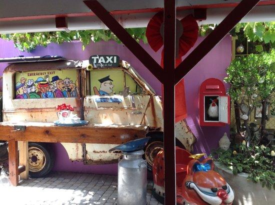 Kitsch Cafe: Outside