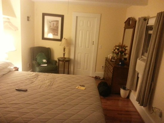 The Sunset Inn: Queen bed room