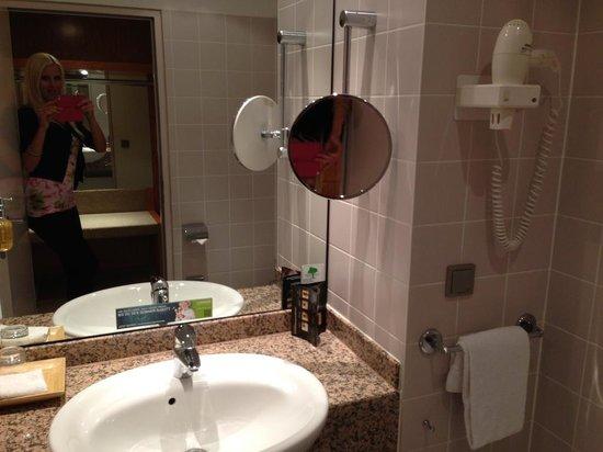 Lindner Hotel Airport : Bathroom