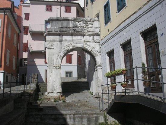 Arco di Riccardo: Piazza del Barbacan