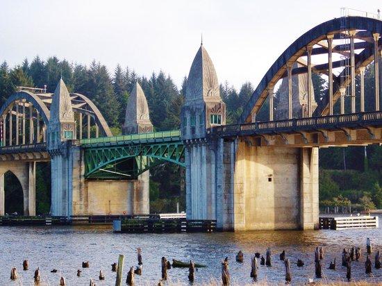 أولد تاون إن: Bridge just outside of motel parkinglot