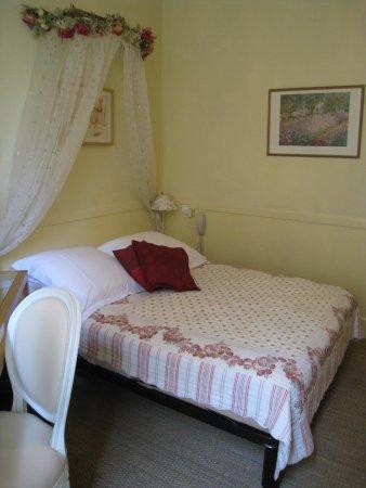 Nice Garden Hotel: 部屋は豪華ではないがかわいらしい感じ