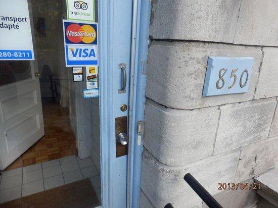 OM Montreal BnB : ENTRANCE DOOR, NO SIGN OG HOSTEL