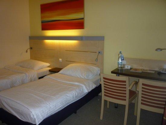 Exe City Park Prague: Camera doppia al quinto piano/ double room fifth floor