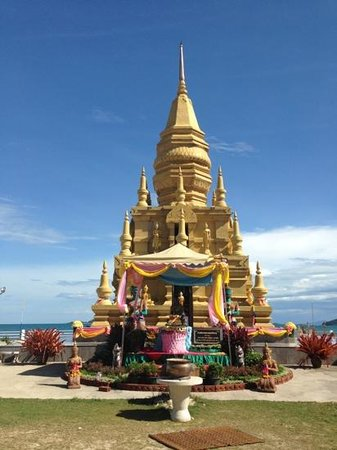 Easy Time Resort: the temple next to the resort