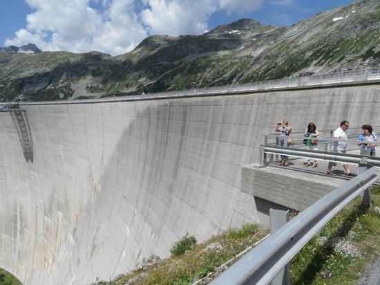 Kölnbreinsperre: Voorkant van de dam met rechts het plateau waar je uit de dam komt