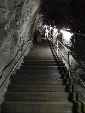 Kölnbreinsperre: De trap met de 120 treden naar beneden naar gang op 1e etage, andere gangen niet toegankelijk