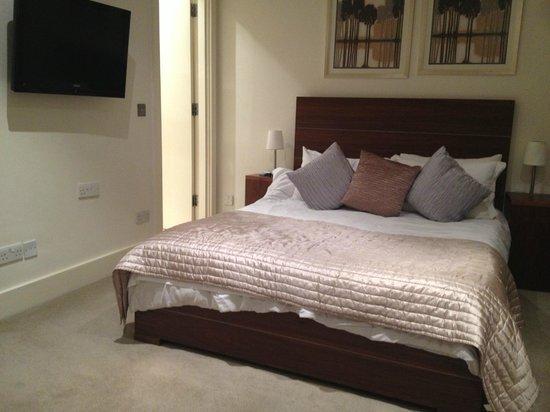 Lower Belgrave Street Apartments : кровать широкая и мягкая