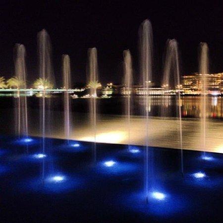 Fairmont Bab Al Bahr: Fountains near the patio
