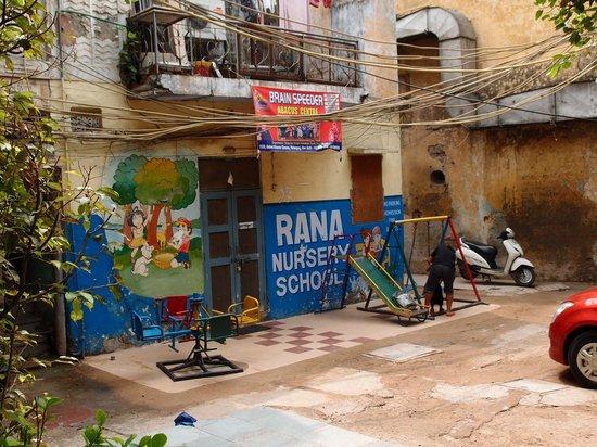 Cottage Ganga Inn: Petite cour, avec jardin d'enfant, très calme et tranquille
