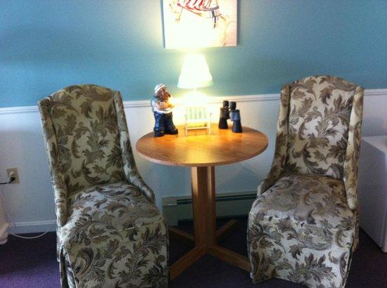 Strawberry Hill Seaside Inn : Sitting area in room
