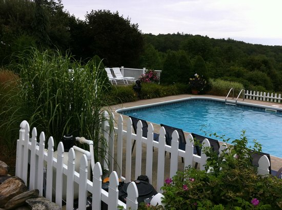 Strawberry Hill Seaside Inn: Pool