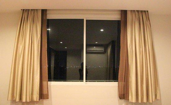 B8 Rooms: Big window