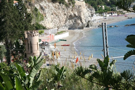 Hotel Baia delle Sirene: View from terrace to pebble beach