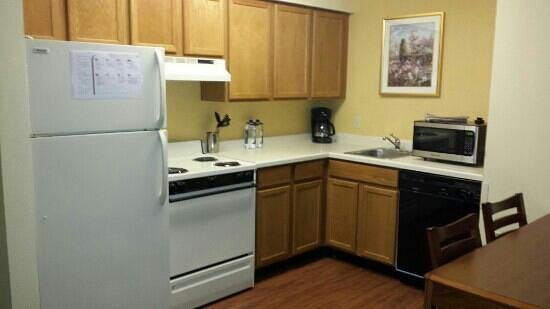 Residence Inn Bloomington by Mall of America: Kitchen area