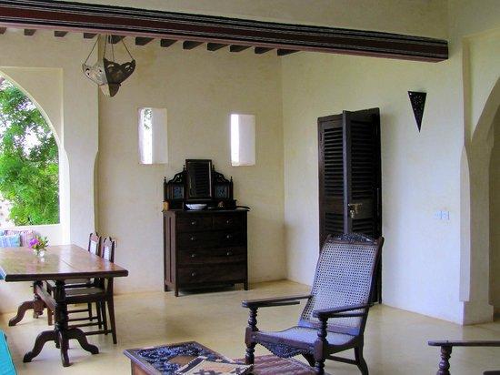 Banana House & Wellness Centre: Beautiful decor on the lanai