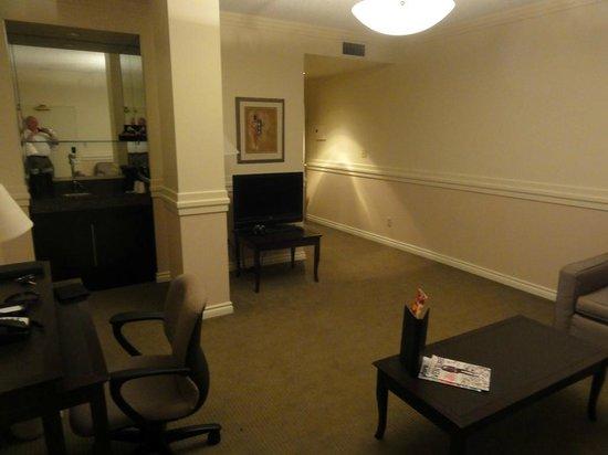 Delta Edmonton Centre Suite Hotel: Suite Living Room