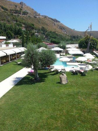 Hotel Grotta di Tiberio: giardino con piscina