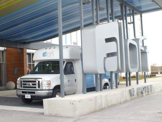 Aloft Bolingbrook: Frente do hotel e o serviço de shuttle