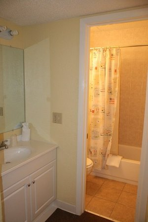 Holiday Shores Beach Club : Guest room vanity and bath