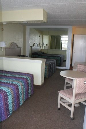 Holiday Shores Beach Club : Sleep six unit bedroom (two queen beds)