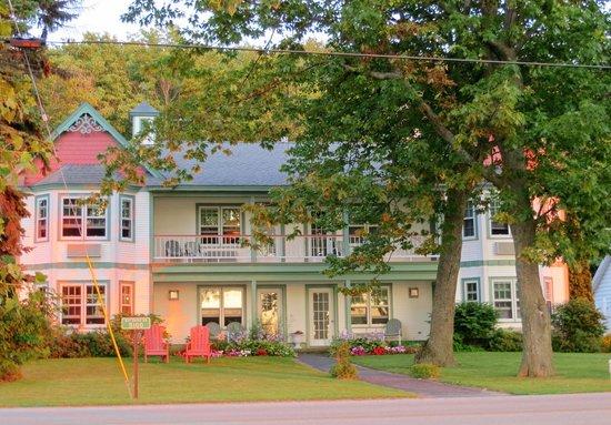 Little Harbor Inn: View from accross the street