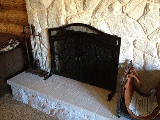 Powder Creek Ranch Bed & Breakfast: eastlake suite fire place