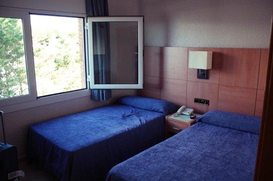 Solifemar Aparthotel : спальня в 208 (с боковым окном)