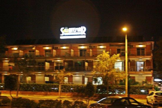 Solifemar Aparthotel: Night view (вид отеля ночью)