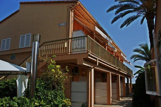 Solifemar Aparthotel: Отдельный корпус с номерами рядом с рестораном (стоит торцом к улице и морю)