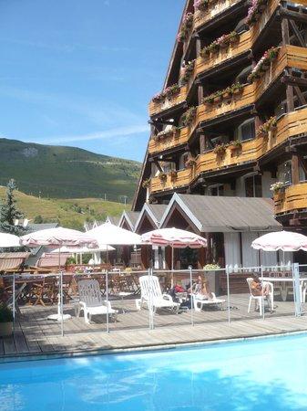 Hotel Adret : L'hôtel côté chambres avec petits balcons.(Photo prise depuis la piscine le 18 Aout 2013)
