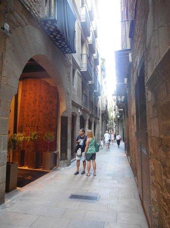 Mercer Hotel Barcelona: Mercer Hotel on the left on this lovely quiet street near many restaurants and little stores