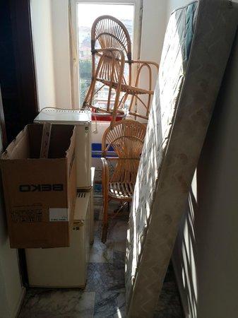 Sarimsakli, Türkei: merdivenlerden inerken cektigim bir foto buzdolaplarini ve yataklari gosteriyor.
