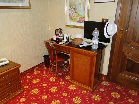 Pace Helvezia Hotel: Pequeño escritorio y minibar