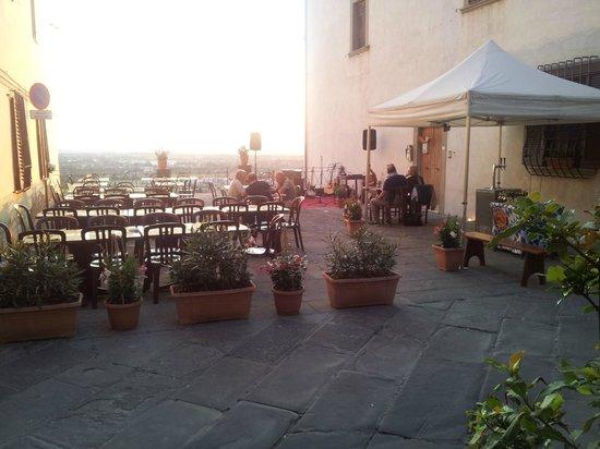 La Piazzetta: La terrazza sulla valle