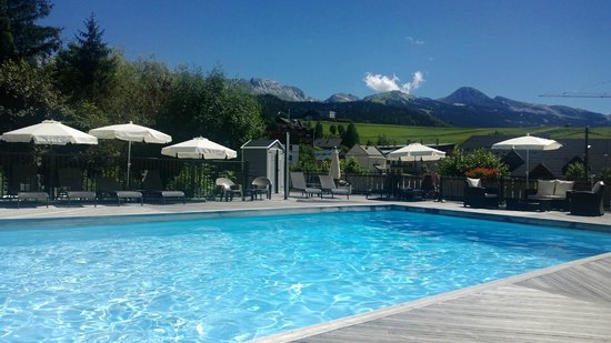 Le Christiania Hotel Restaurant : La piscine avec vue sur les montagne