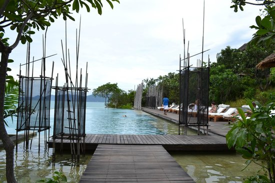 Six Senses Samui: view of the infinity pool and loungers