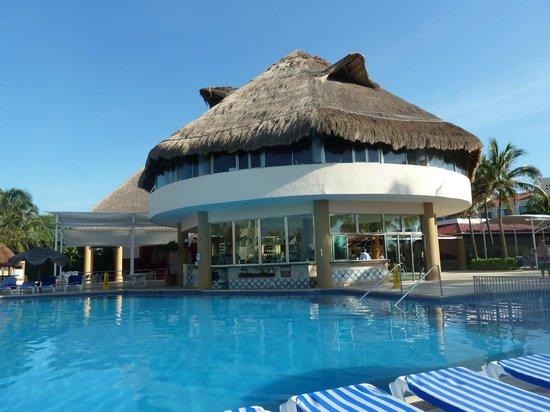 Viva Wyndham Maya: За баром видны колонны и крыша сцены, с правой стороны - трапеция