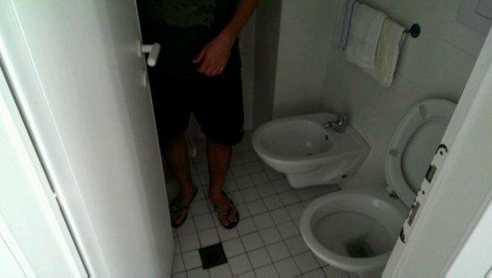 bagno 2mq: la doccia si trova davanti al wc senza box, tendine ne ...