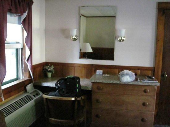 Country Acres Motel: Desk in Room