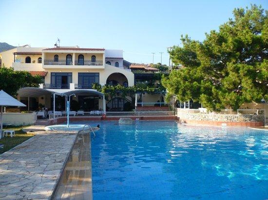 Aroma Creta Hotel Apartments & Spa : la piscine et la terrasse du restaurant.
