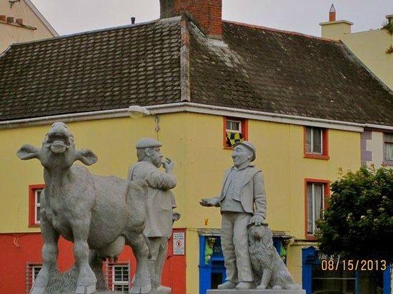 Glenomra House: Central square in Ennis