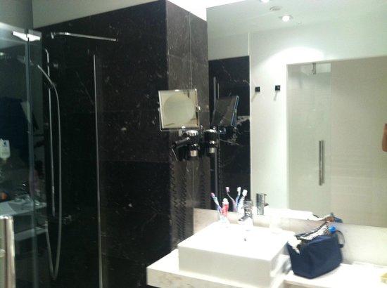 Grupotel Gran Via 678 : salle de bain en marbre