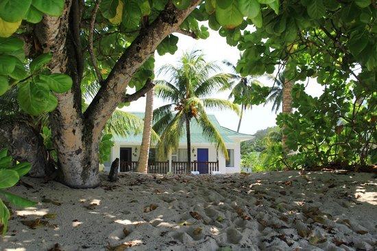 Chalets d'Anse Forbans: Depuis la plage on voit le chalet